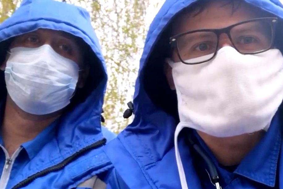 Bác sĩ Alexander Shulepov (trái) và đồng nghiệp Alexander Kosyakin trong video trên mạng xã hội hôm 22/4. Ảnh: NY Post