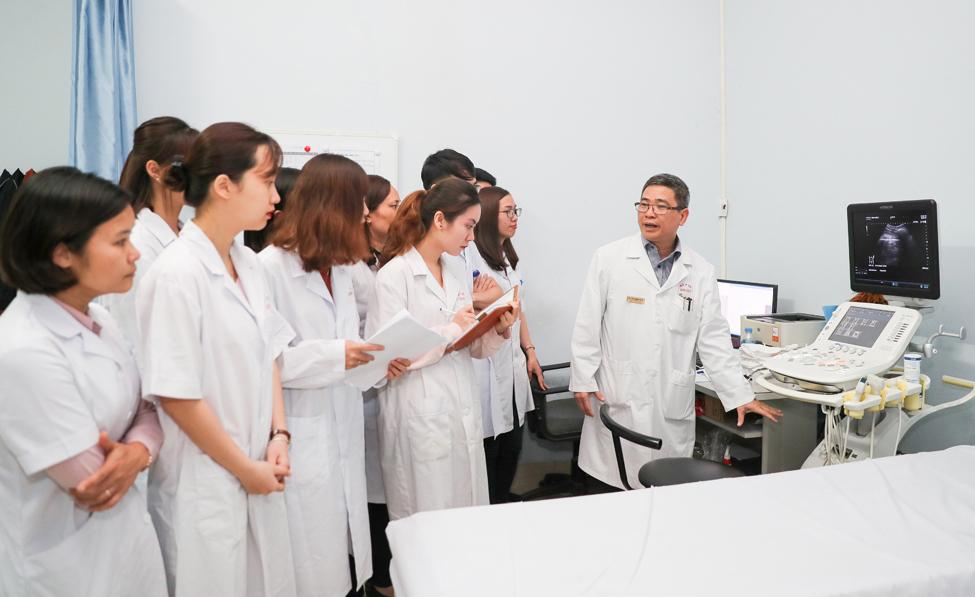 Sinh viên khoa Y dược, Đại học Quốc gia Hà Nội trong một tiết học thực hành. Ảnh: VNU.