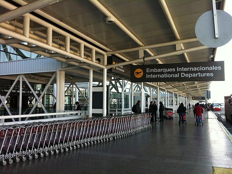 Bên ngoài sân bay Santiago, Chile. Ảnh: Wikimedia