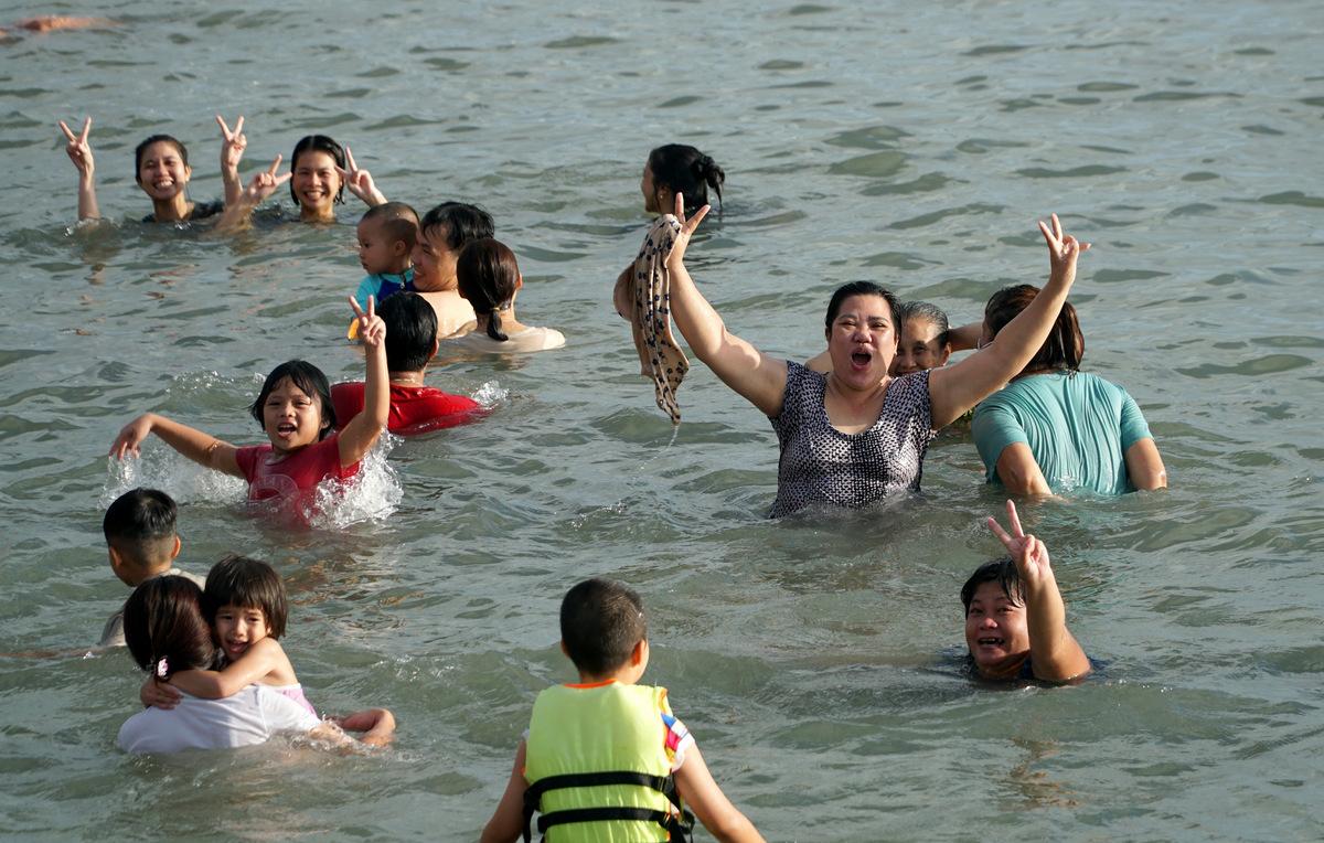 Người dân lén xuống tắm ở Bãi Trước, TP Vũng Tàu hôm 26/4. Ảnh: Trường Hà.