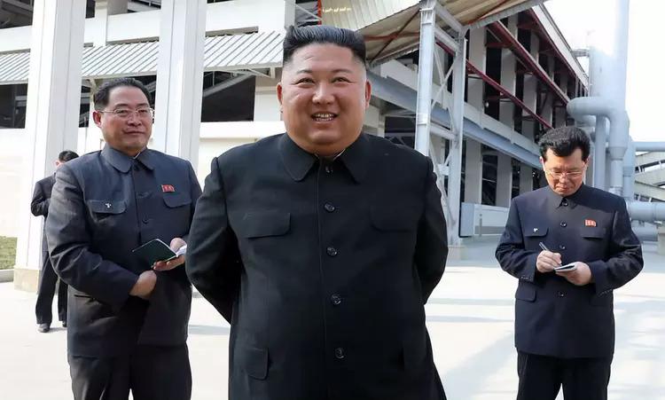 Kim Jong-un thăm nhà máy phân bón Sunchon gần Bình Nhưỡng ngày 1/5. Ảnh: KCNA.