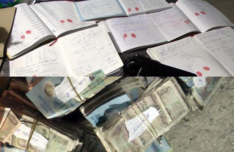 Sổ sách ghi thu tiền bảo kê và những cọc tiền lẻ cưỡng đoạt từ những người bán hàng rong tại khu chợ tự phát được cơ quan điều tra thu giữ tại nhà của Loan Cá. Ảnh: Phước Tuấn.
