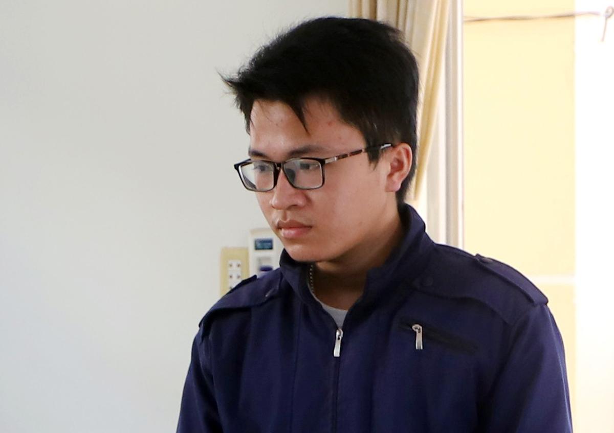 Đinh Vĩnh Sơn tại phiên tòa sáng 6/5. Ảnh: Hoài Thanh.