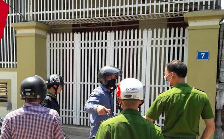 Cảnh sát tới nhà bà Lài khám nghiệm. Ảnh: Đ.H