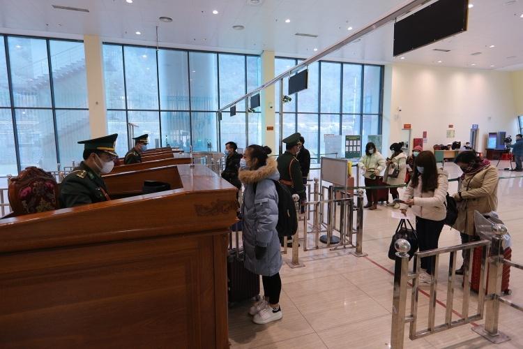 Người nhập cảnh tại cửa khẩu Hữu Nghị ngày 4/2. Ảnh: Giang Huy.