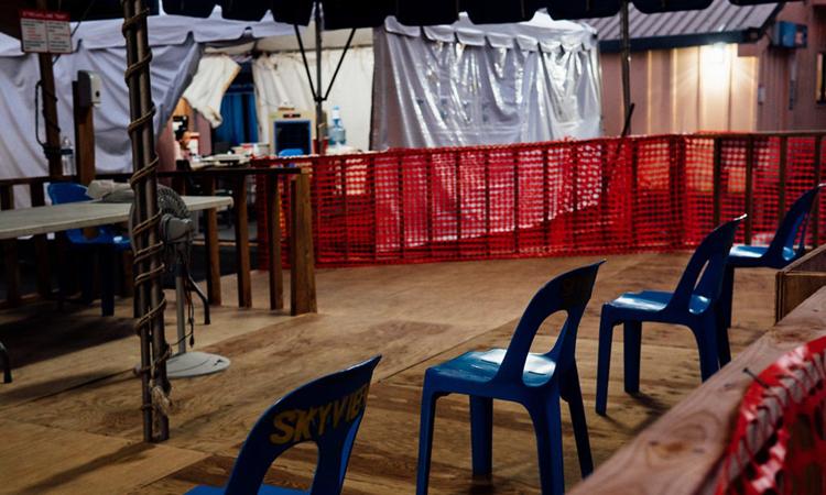 Khu lều dựng tạm bên ngoài khu cấp cứu ở Trung tâm Y tế Nhiệt đớiLyndon B. Johnson để ứng phó với Covid-19 vắng bóng người. Ảnh: NYTimes.