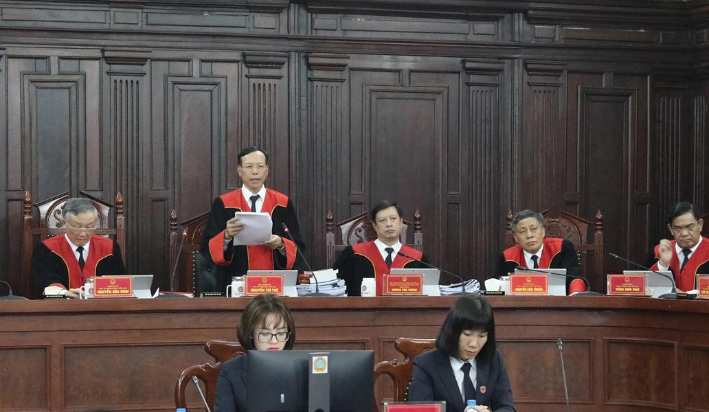 Phó Chánh ánh TAND Tối cao Nguyễn Trí Tuệ công bố phán quyết. Ảnh: TTXVN.