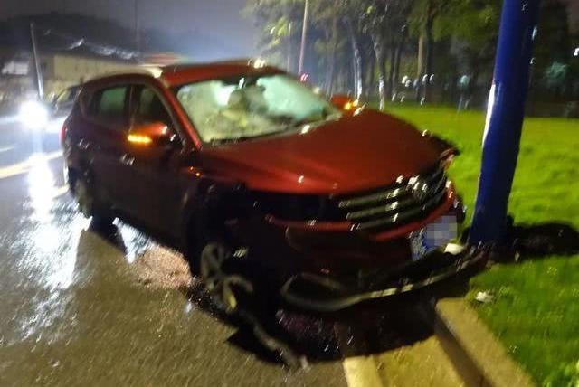 Ôtô màu đỏ của tài xế say rượu cũng hư hỏng nặng. Ảnh: QQ