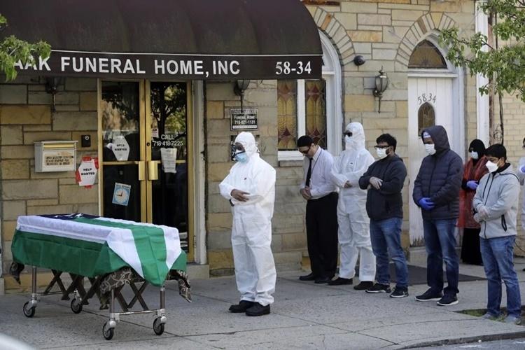 Thân nhân từ biệt lần cuối người quá cố qua đời do nhiễm nCoV bên ngoài một nhà tang lễ ở New York. Ảnh: AP.