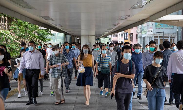 Người dân Hong Kong đều đeo khẩu trang trên phốWan Chai, hôm 6/5. Ảnh: Bloomberg.
