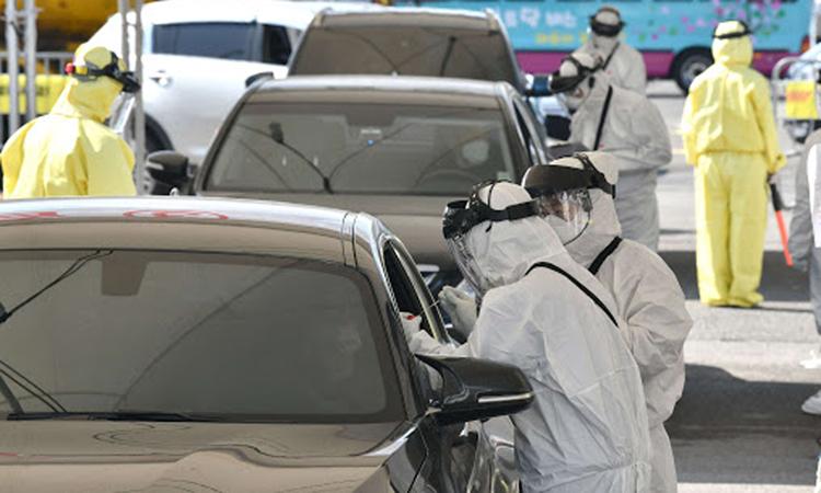 Nhân viên y tế Hàn Quốc thực hiện xét nghiệm trên xe ởGoyang, thủ đô Seoul, hôm 29/2. Ảnh: AFP.