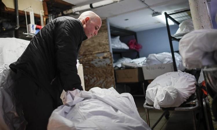 Pat Marmo, chủ sở hữu nhà tang lễ Daniel J. Schaefer ở Brooklyn, New York. Ảnh: AP.