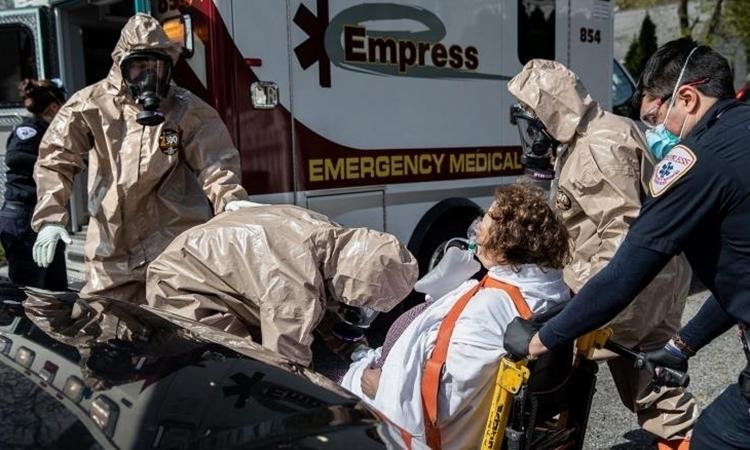 Nhân viên cấp cứu di chuyển bệnh nhân tại Yonkers, Mỹ ngày 14/4. Ảnh: AFP.
