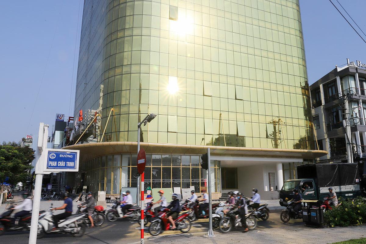 Ánh sáng chói loá mắt người đứng gần phát ra từ toà nhà SHB, lúc 7h30 ngày 8/5. Ảnh: Nguyễn Đông.