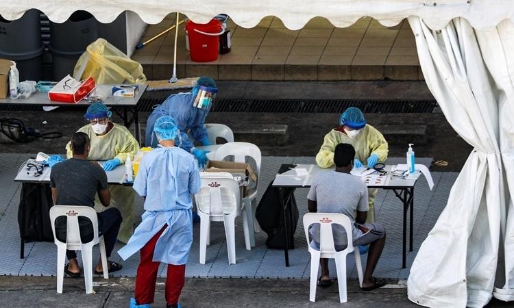 Nhân viên y tế Singapore xét nghiệm cho lao động nhập cư hôm 29/4. Ảnh: Reuters.