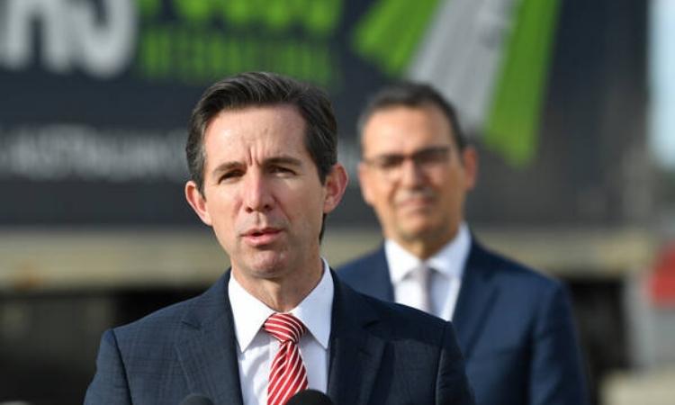 Bộ trưởng Thương mại Australia Simon Birmingham phát biểu ở sân bay Adelaide hôm 6/5. Ảnh: Reuters.