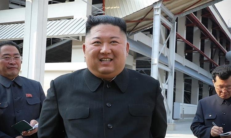Kim Jong-un dự lễ khánh thành nhà máy phân bón ở phía bắc Bình Nhưỡng trong bức ảnh được công bố ngày 2/5. Ảnh: KCNA.
