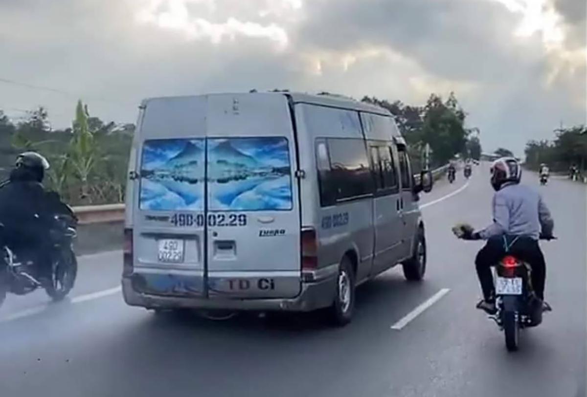 Nhóm phượt thủ đuổi theo, dùng gạch đá ném vỡ kính xe khách trên quốc lộ 20. Ảnh: Cắt từ Video