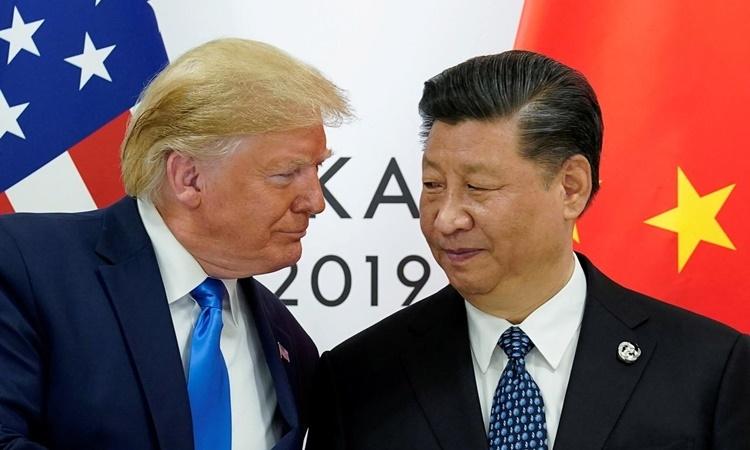 Tổng thống Mỹ Donald Trump (trái) và Chủ tịch Trung Quốc Tập Cận Bình tại hội nghị thượng đỉnh G20 ở Nhật Bản hồi cuối tháng 6 năm ngoái. Ảnh: Reuters.