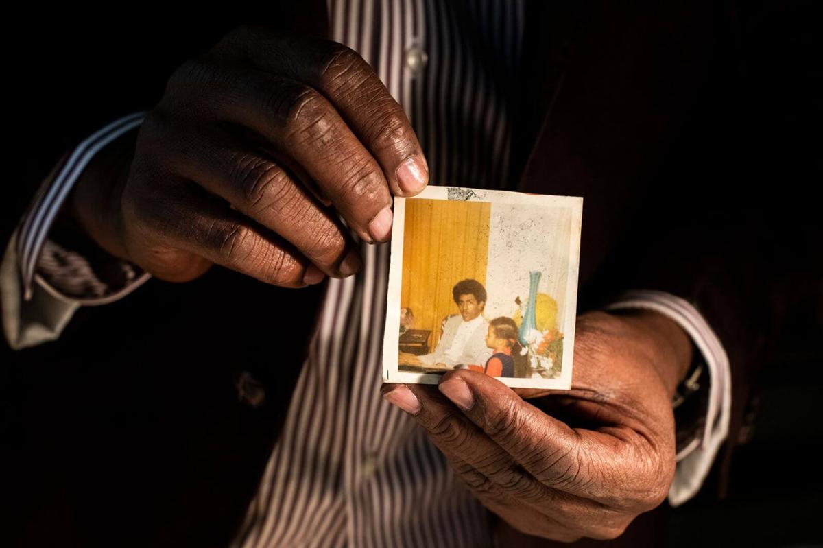Bức ảnh cuối cùng Phillips chụp với con trước khi bị bắt giữ. Ảnh: CNN.