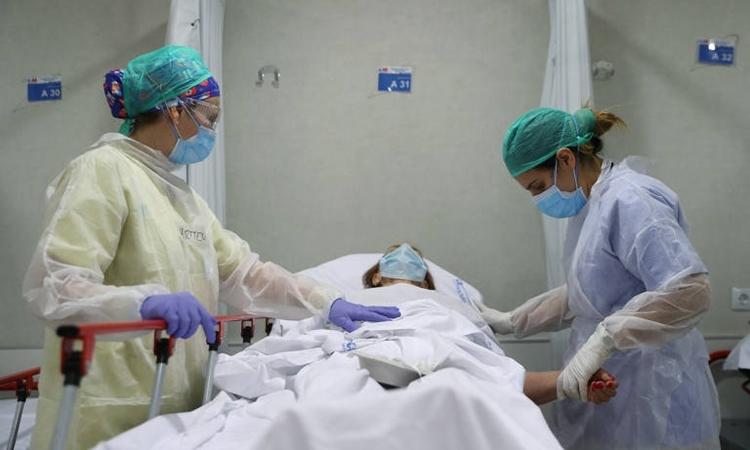 Nhân viên y tế chăm sóc bệnh nhân ở Tây Ban Nha trong tuần này. Ảnh: AFP.
