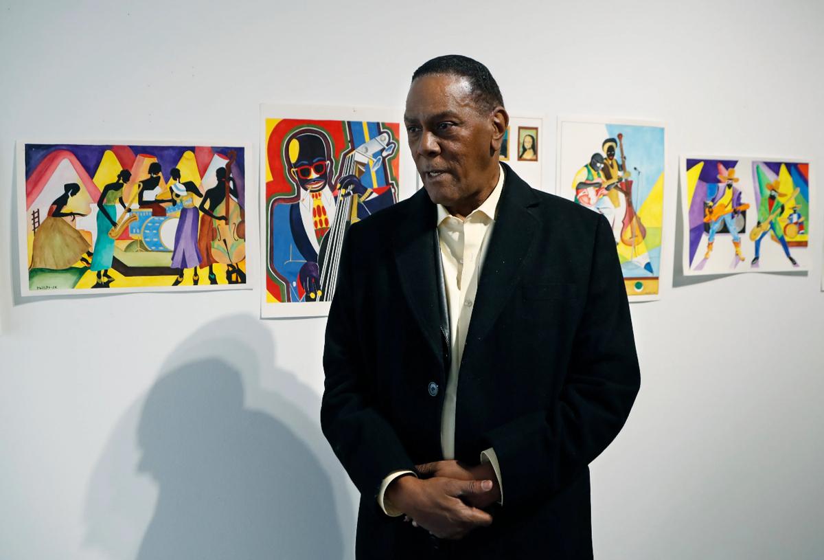 Trong lúc chờ tiền bồi thường, Phillips phải bán tranh vẽ trong tù để trang trải cuộc sống. Ảnh: AP.