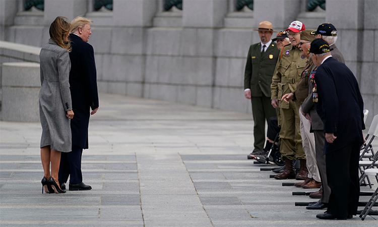 Tổng thống Mỹ Donald Trump (áo đen, bên trái) cùng Đệ nhất Phu nhân Melania Trump (áo xám, bên trái) gặp các cựu chiến binh (bên phải) trong lễ kỷ niệm 75 năm kết thúc Thế chiến II tại Washington, ngày 8/5. Ảnh: Reuters.