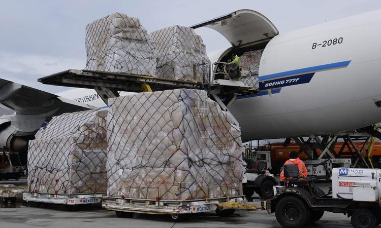 Các lô hàng vật tư y tế được chuyển xuống từ một máy bay chở hàng của hãng hàng không China Southern Airlines ở sân bay Chicago ngày 10/4. Ảnh: AP.