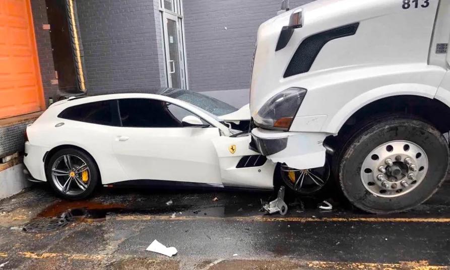 Chiếc Ferrari bị chèn vào tường, phần đầu xe hư hỏng nặng. Ảnh:
