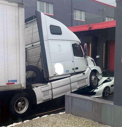 Một bánh xe tải nằm lại trên nắp ca-pô của siêu xe. Ảnh: Facebook
