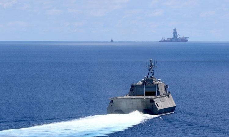 Tàu chiến Montgomery (LCS-8) của Hải quân Mỹ hoạt động gần tàu khoan West Capella của Malaysia trên Biển Đông hôm 7/5. Ảnh: US Navy.