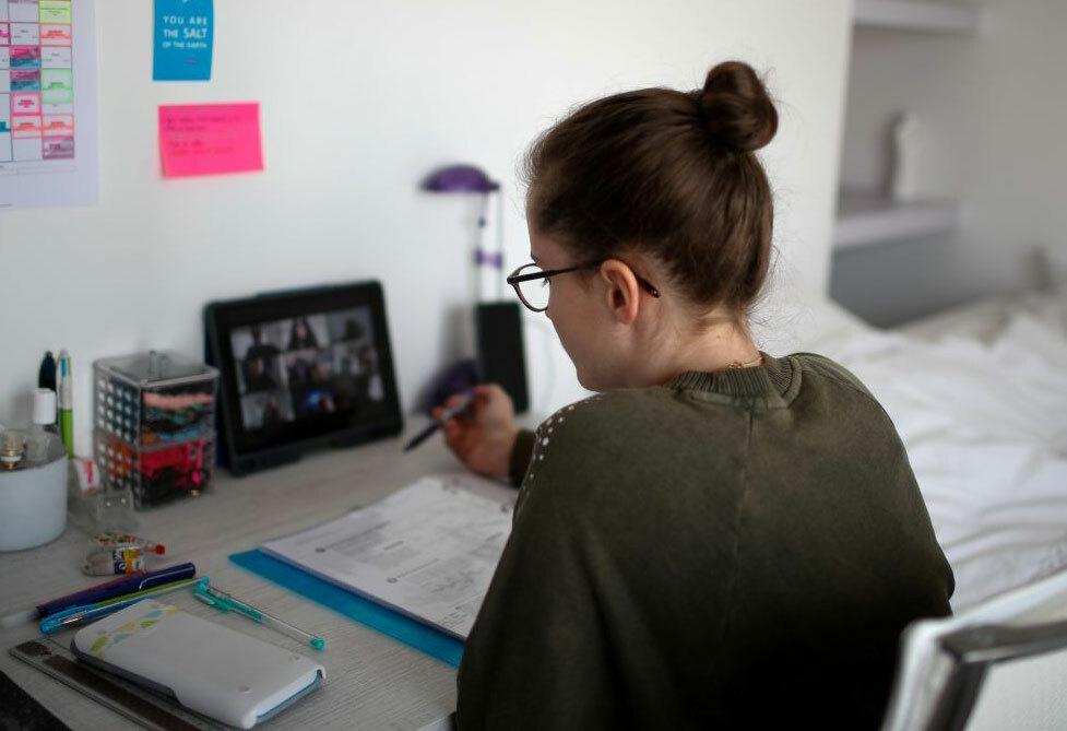 Sinh viên học online trong đại dịch. Ảnh: Reuters.