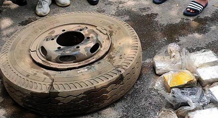 Lốp xe dự phòng xe tải và heroin bị phát hiện. Ảnh: Công an cung cấp