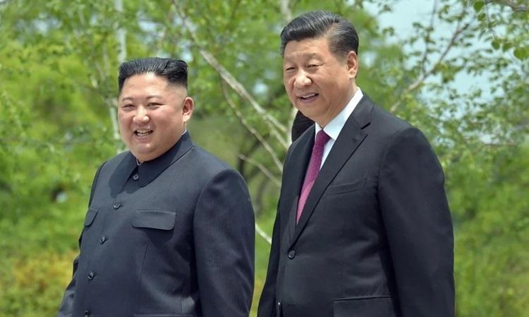 Chủ tịch Trung Quốc Tập Cận Bình và lãnh đạo Triều Tiên Kim Jong-un trong chuyến thăm Bình Nhưỡng năm ngoái của ông Tập. Ảnh: AFP.