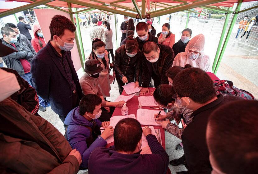 Người dân tham gia hội chợ việc làm tại thành phố Vũ Hán, tỉnh Hồ Bắc ngày 21/4. Ảnh: Mao Jie/ People Visual.