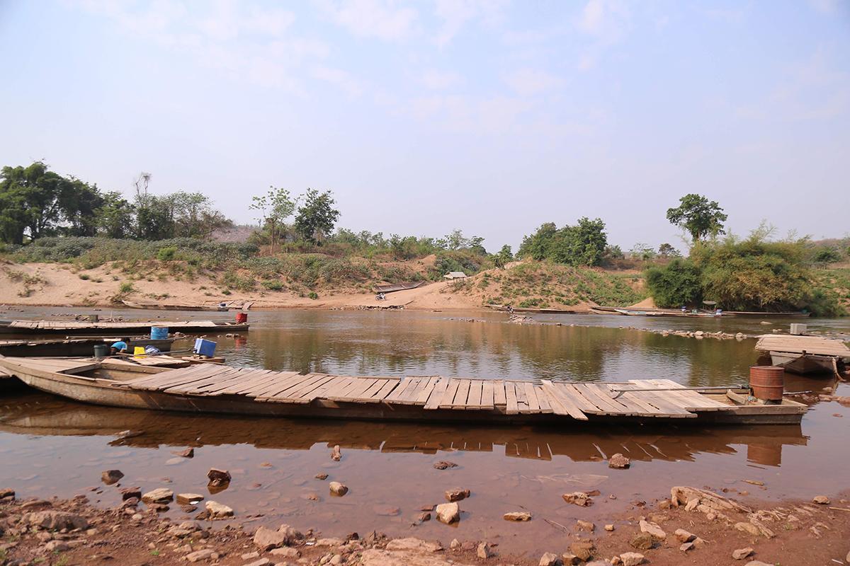 Cửa khẩu phụ Thanh được phép hoạt động trở lại để giải toả nông sản của người Việt trồng bên phía Lào. Ảnh: Hoàng Táo