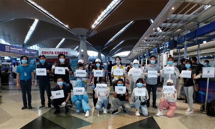 Các công dân Việt Nam được đưa về nước từ Malaysia trên chuyến bay của Vietnam Airlines ngày 10/5. Ảnh: Bộ Ngoại giao.
