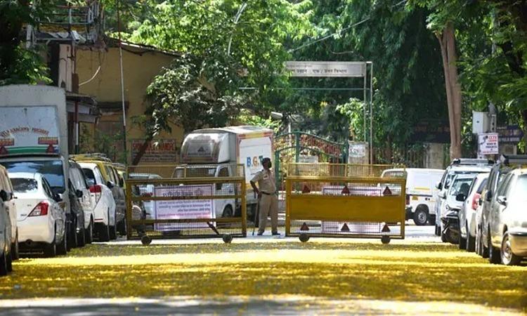 Cảnh sát Mumbai đứng gác trước cổng bệnh viện Sion. Ảnh: Hindustan Times.