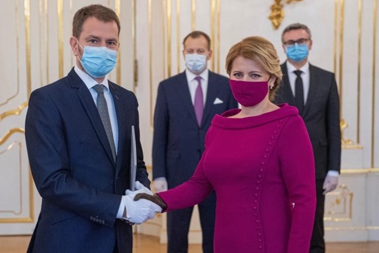 Tổng thống Slovakia Zuzana Caputova (phải)lễ tuyên thệ nhậm chức của chính phủ mới ởBratislava hồi tháng ba. Ảnh: Reuters.