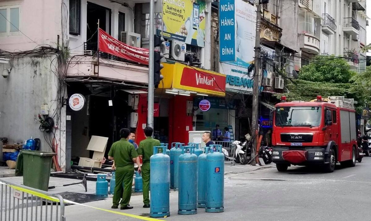 Cảnh sát phong toả hiện trường và đưa các bình gas từ trong nhà ra ngoài. Ảnh: Gia Chính