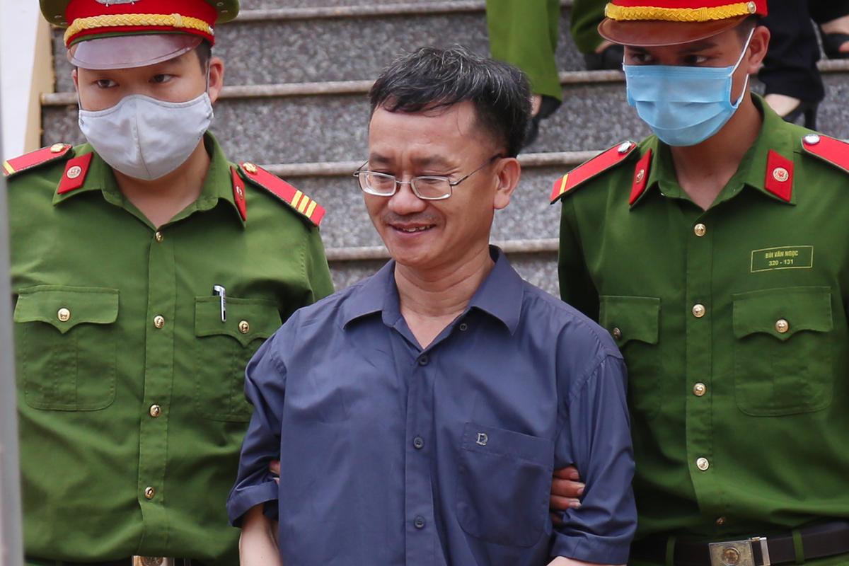 Bị cáo Nguyễn Quang Vinh bị dẫn giải rời toà. Ảnh: Phạm Dự.