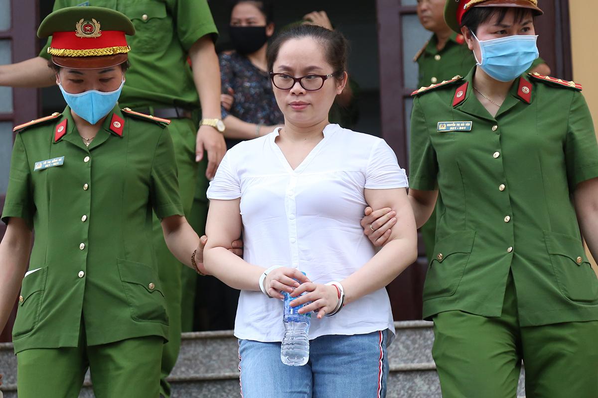 Bị cáo Bùi Thanh Trà bị dẫn giải rời phòng xử. Ảnh: Phạm Dự.