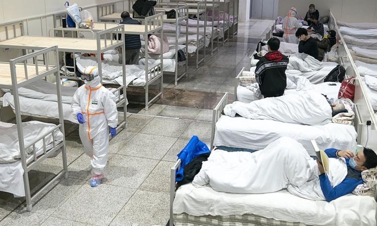 Trung tâm triển lãm ở Vũ Hán được biến thành bệnh viện dã chiến chăm sóc bệnh nhân có triệu chứng nhẹ hồi tháng hai. Ảnh: Reuters.
