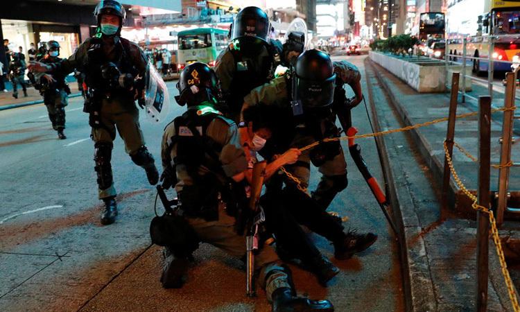 Cảnh sát chống bạo động khống chết một người biểu tình ở Mongkok, Hong Kong đêm 10/5. Ảnh: Reuters.