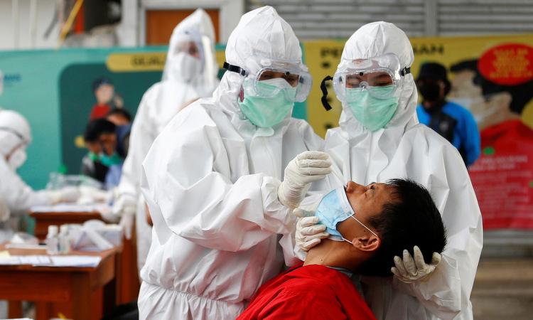 Lấy mẫu xét nghiệm nCoV tại một ga tàu gần thủ đô Jakarta, Indonesia, hôm 11/5. Ảnh: Reuters.