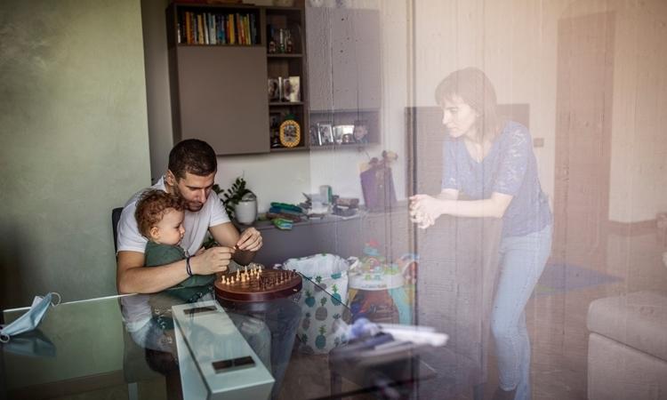Một nữ bác sĩ nhiễm nCoV cách ly ở nhà cùng với chồng con tại Italy hồi tháng trước. Ảnh: NYTimes.