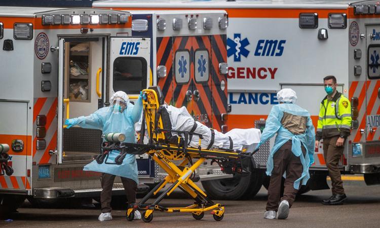 Nhân viên y tế chuyển bệnh nhân Covid-19 tới Bệnh viện Đa khoaMassachusetts ở Boston hồi tháng 3. Ảnh: Boston Globe.