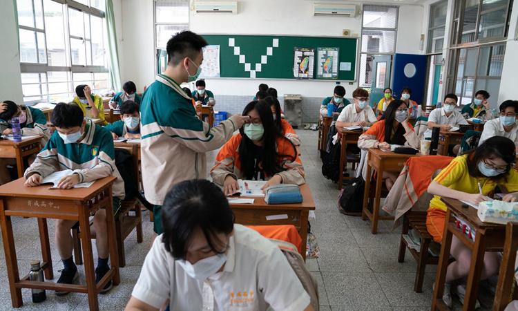 Học sinh Đài Loan được đo thân nhiệt tại một trường cấp ba ở Đài Bắc tuần trước. Ảnh: NYTimes.