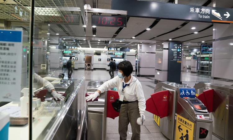 Nhân viên đang khử trùngga tàu điện ngầmNangang, Đài Bắc tuần trước. Ảnh: NYTimes.