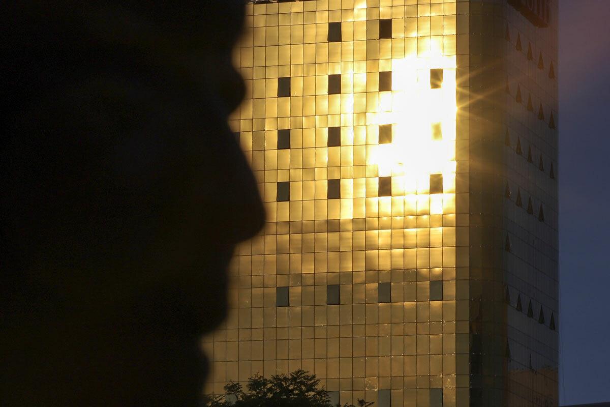 Lúc 17h chiều 11/5, nhiều người đi đường không dám nhìn vào lớp kính màu vàng của toà nhà trên đường Nguyễn Văn Linh. Ảnh: Nguyễn Đông.